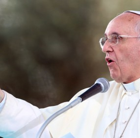 Pope-Francis-points-speaks