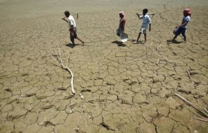 India-workers-parched-lake-water