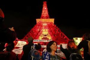 paris-UN-demo-eiffel-tower-replica